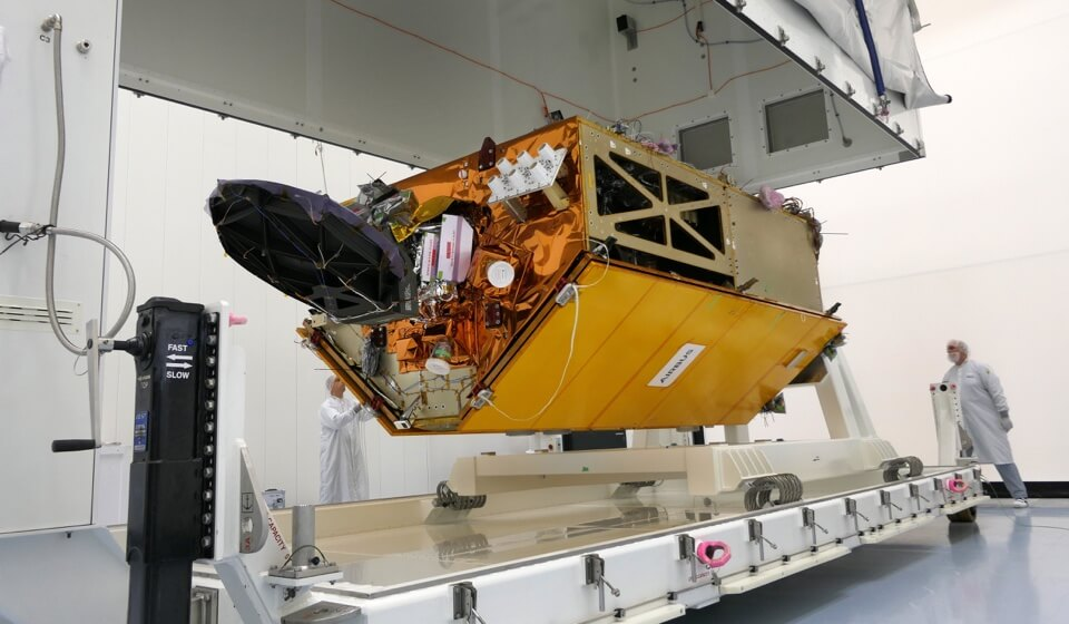 Der Satellit Sentinel-6 hängt in einer Transportvorrichtung im Reinraum.