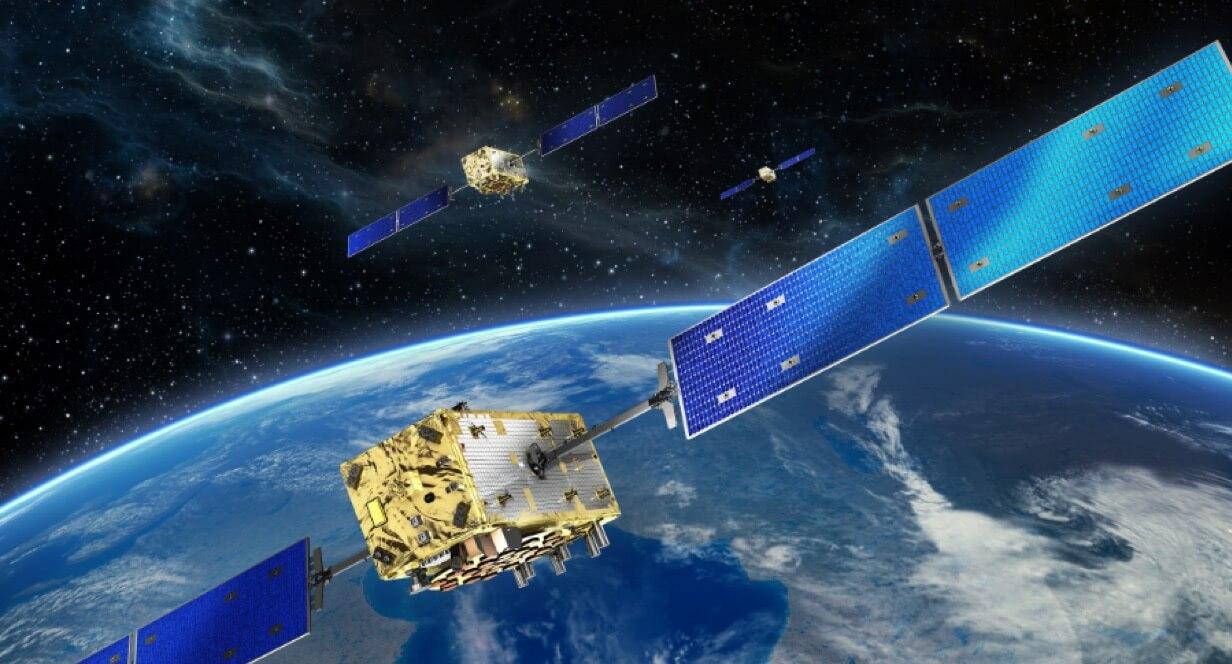 Grafische Darstellung von Galileosatelliten über der Erdkugel.