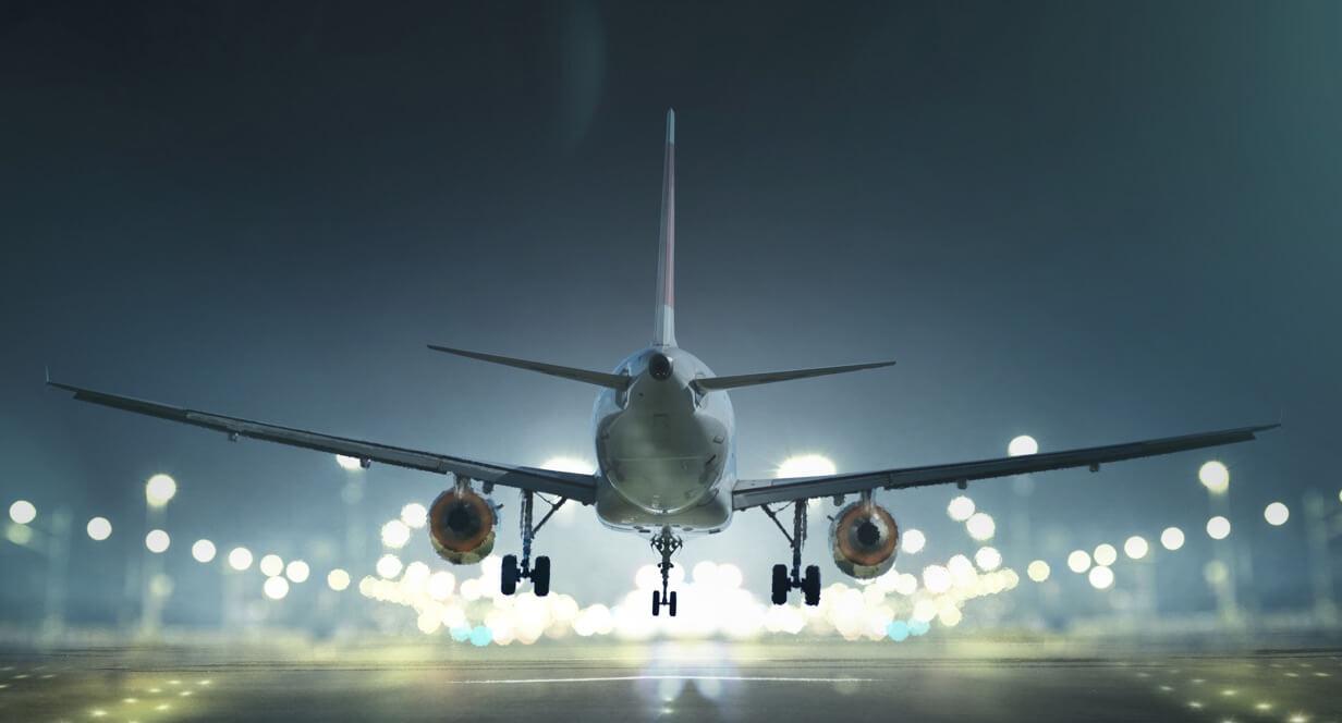 Flugzeug landet bei Nacht.