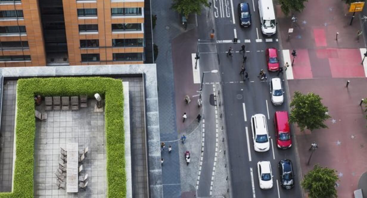 Vielbefahrene Straße mit verschiedenen Fahrzeugen aus der Vogelperspektive.