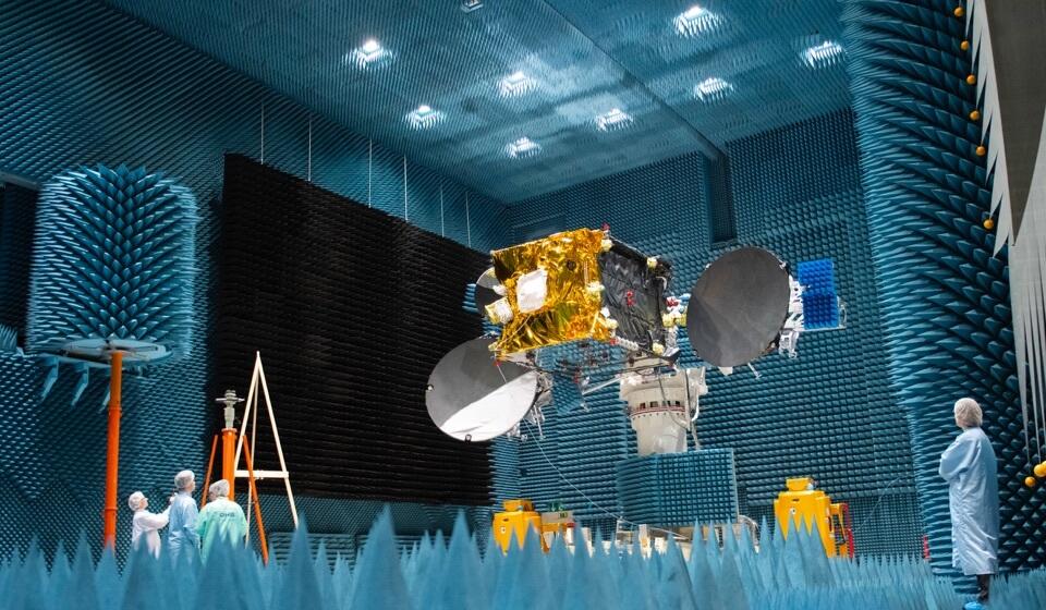 Das Bild zeigt den Satelliten ERDS-C in einer Testanlage. Credit: ESA