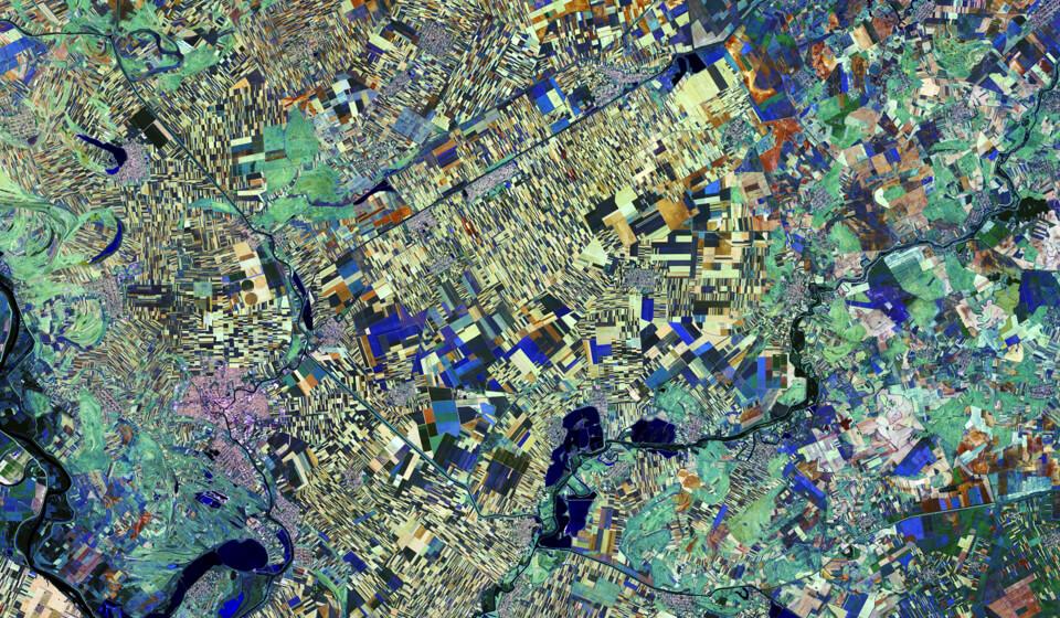 Satellitenbild von Nordserbien mit bunt markieren Feldern.