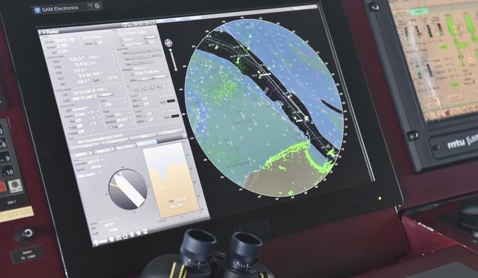 Kartenplotter an Bord eines Schiffes.